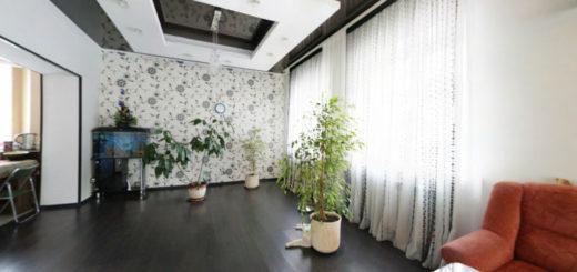 Гостиная с чёрным глянцевым натяжным потолком