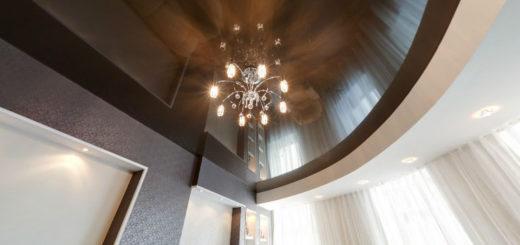 Гостиная с глянцевым натяжным потолком шоколадного цвета