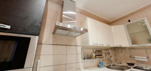 Стандартная кухня с белым натяжным потолком и вставкой фотопечати